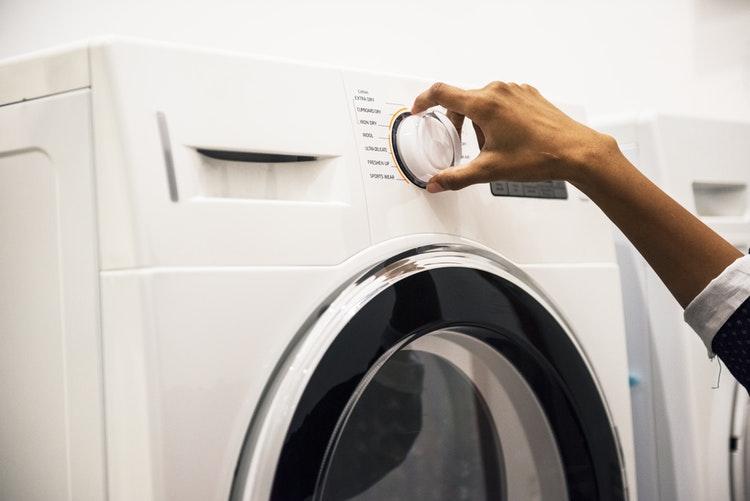 como-acabar-com-as-manchas-amarelas-lavar-a-roupa