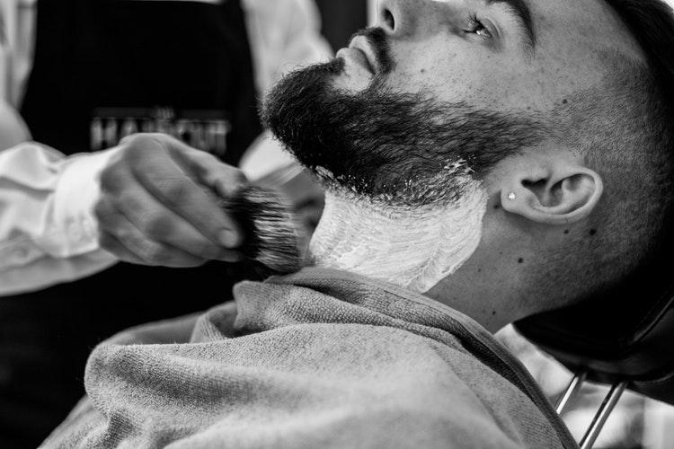 como-fazer-a-barba-em-casa-como-um-profissional-use-espuma-de-barbear