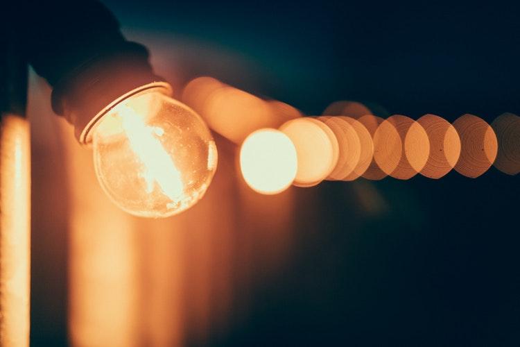 aplicando-o-método-GTD-processar-ou-esclarecer-luz-lâmpada-acessa-ideia