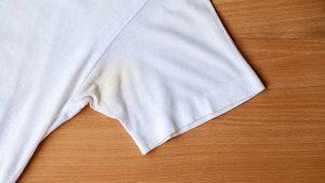 Descubra como tirar mancha de suor da roupa