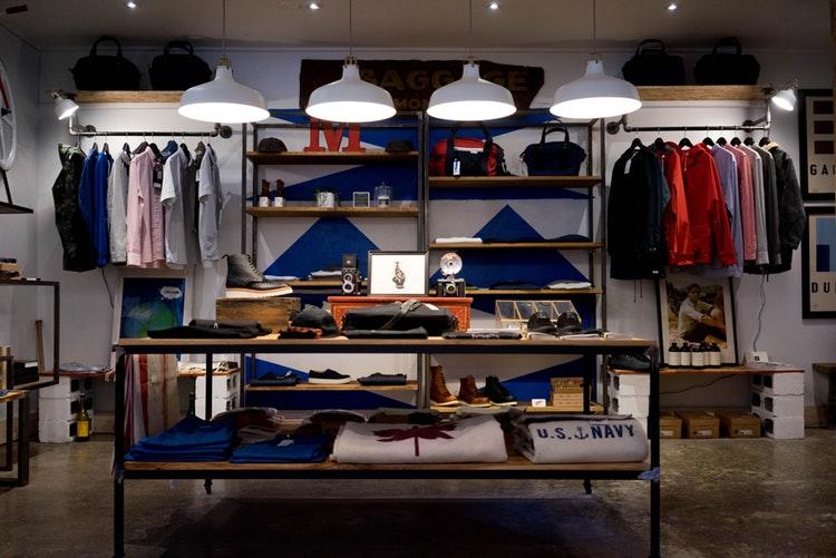 como-praticar-o-minimalismo-viver-uma-vida-mais-leve-loja-de-roupas
