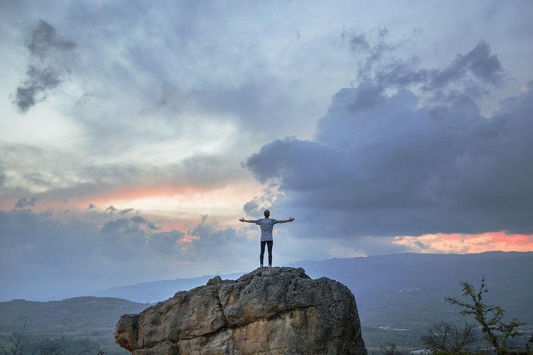 como-praticar-o-minimalismo-viver-uma-vida-mais-leve-homem-montanha