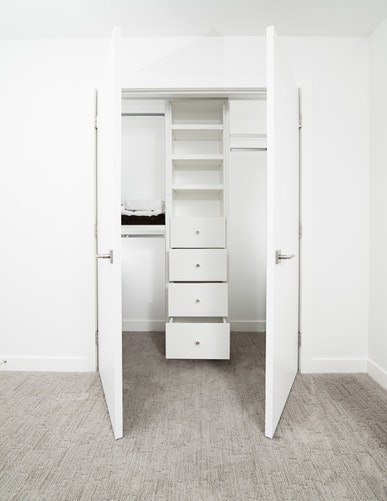 como-cuidar-das-roupas-lavagem-de-roupas-guarde-da-forma-correta-armário