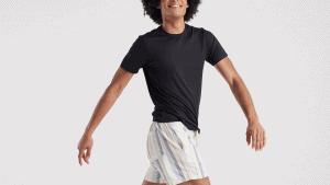 Veja como usar camisa preta masculina no verão sem passar calor