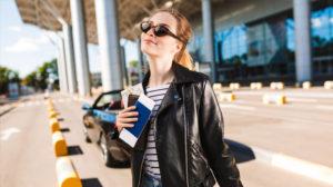 Veja como criar um look para viajar de avião estiloso e confortável