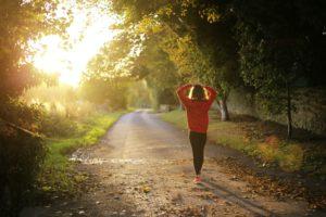 benefícios da caminhada pela manhã